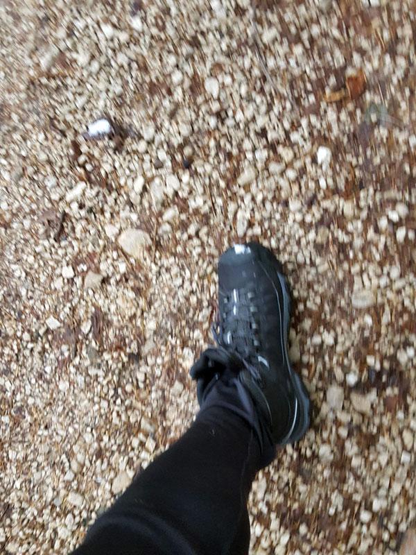 Spaziergang auf steinigem Weg