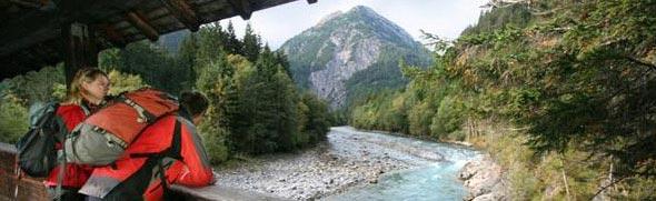 Pärchen auf der Brücke inmitten der Natur