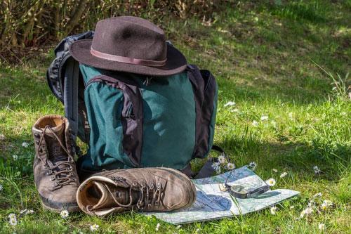 Wanderpackage auf der Wiese