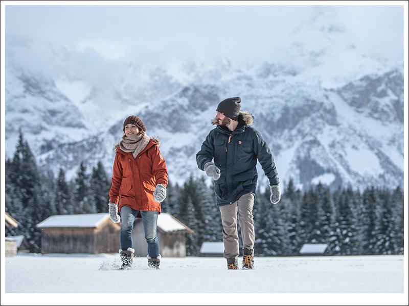 Pärchen spaziert durch den Schnee