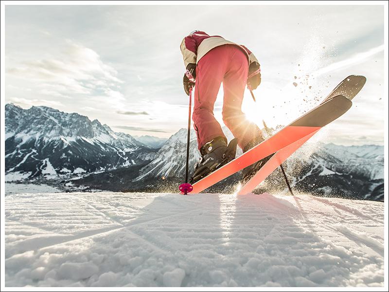 Skifahrerin bei untergehender Sonne