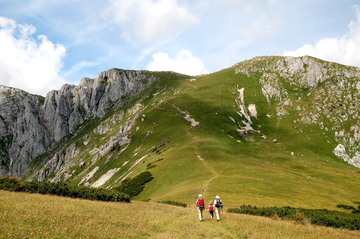 Familienwanderung im Gebirge