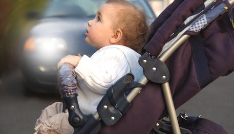Großansicht - Kleinkind sitzend im Kinderwagen