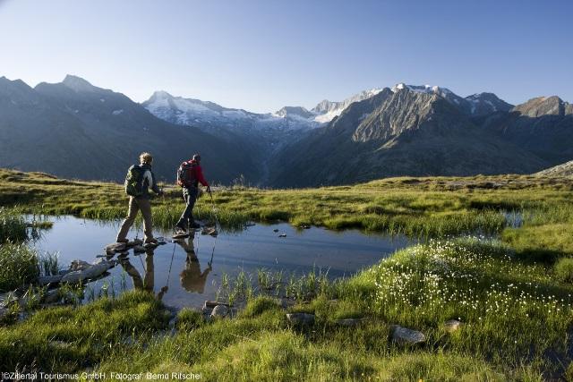 Großansicht - Wanderer auf eine Wandertour durch die Zillertaler Alpen