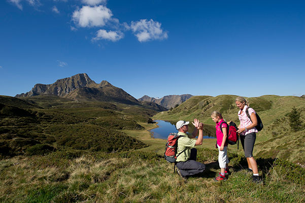 Großansicht - Familien bei der Wanderung in den Nockbergen im Sommer