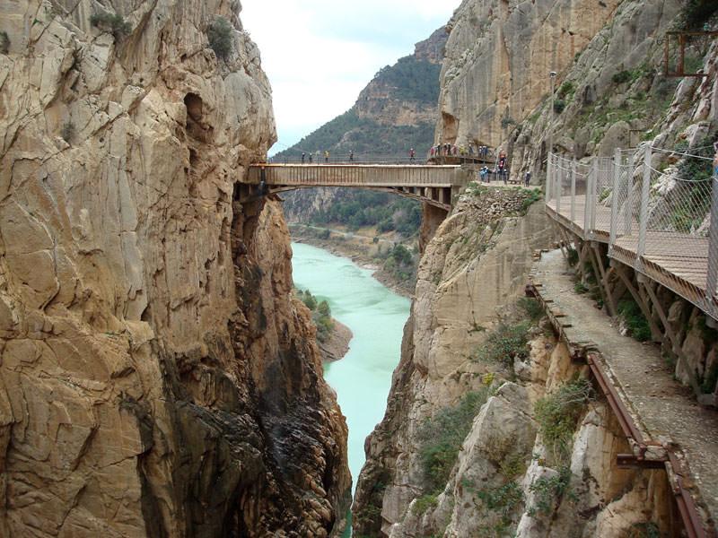 Großansicht - Hängebrücke über eine Schlucht mit Blick auf das Meer