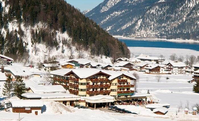Großansicht - Aussenansicht im Winter Hotel das Pfandler am Achensee in Pertisau