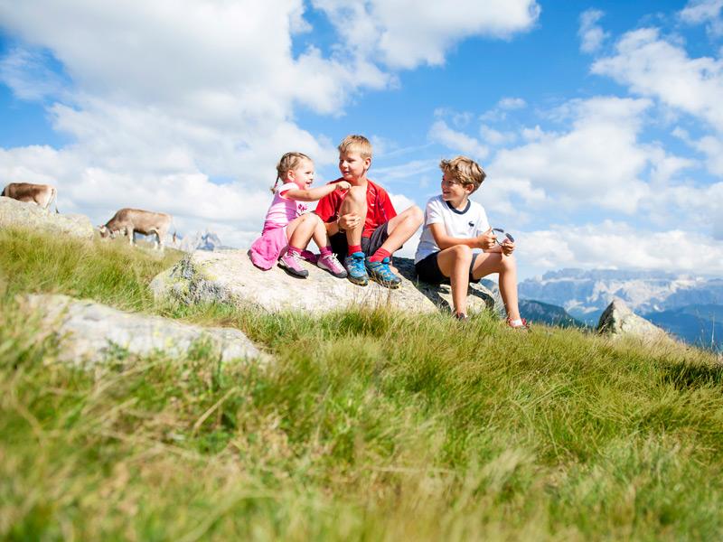 Großansicht - Kinder sitzend auf Steine in den Bergen