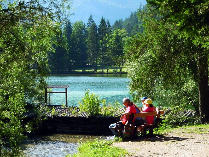 Großansicht - Pärchen sitzend auf Bank am See