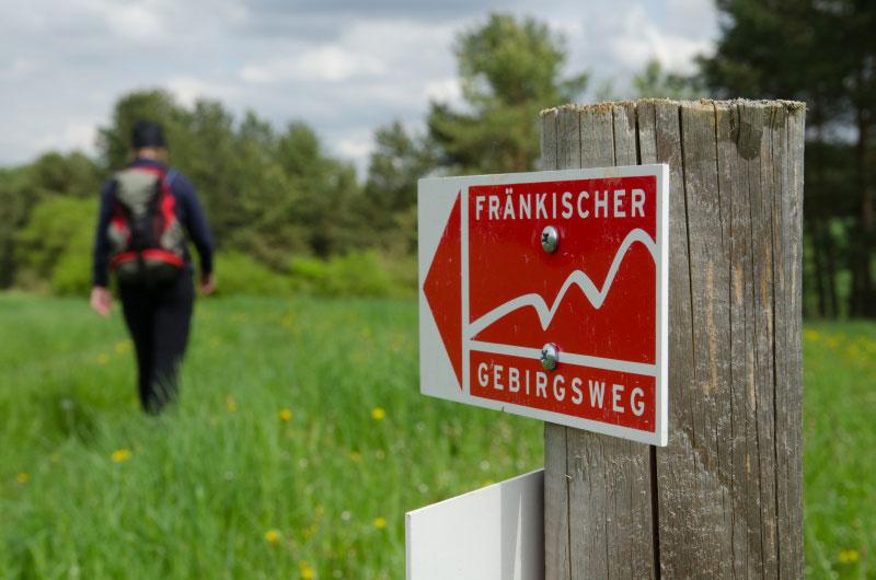 Großansicht - Rot-weißes Schild als Wegweiser für den Fränkischen Gebirgsweg