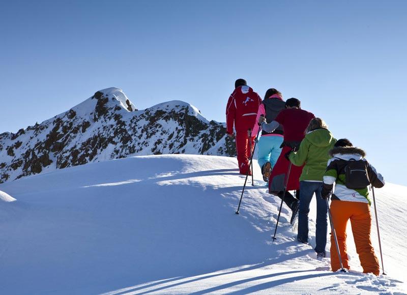 Großansicht - Winterwanderer auf den Weg zum Berggipfel