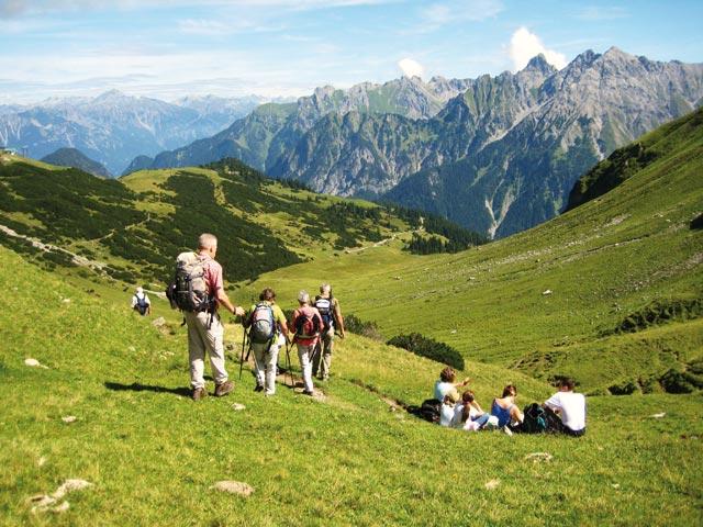 Großansicht - Familie bei der Bergwanderung