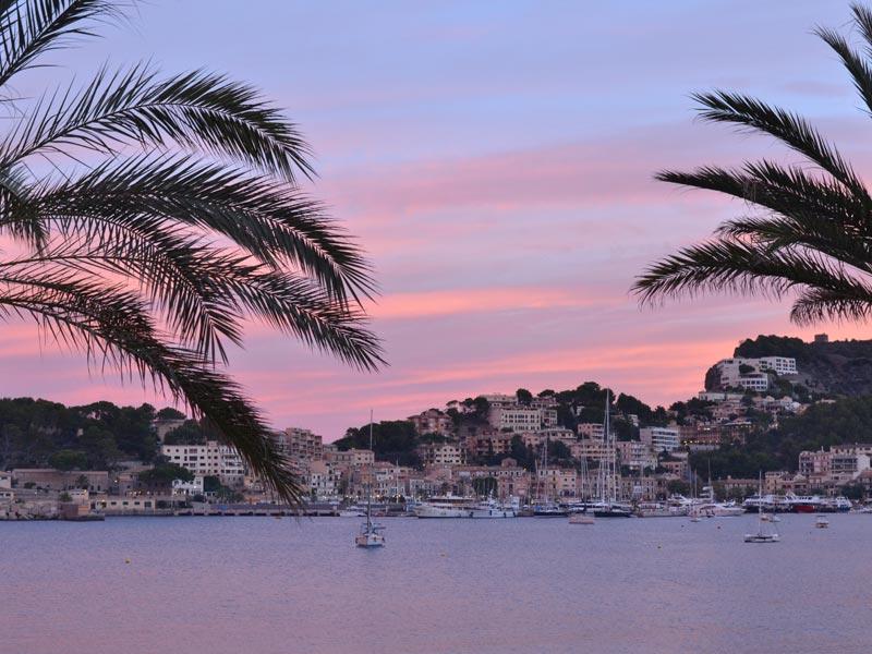 Großansicht - Blick auf die Bucht von Porto Soller im Abendlicht