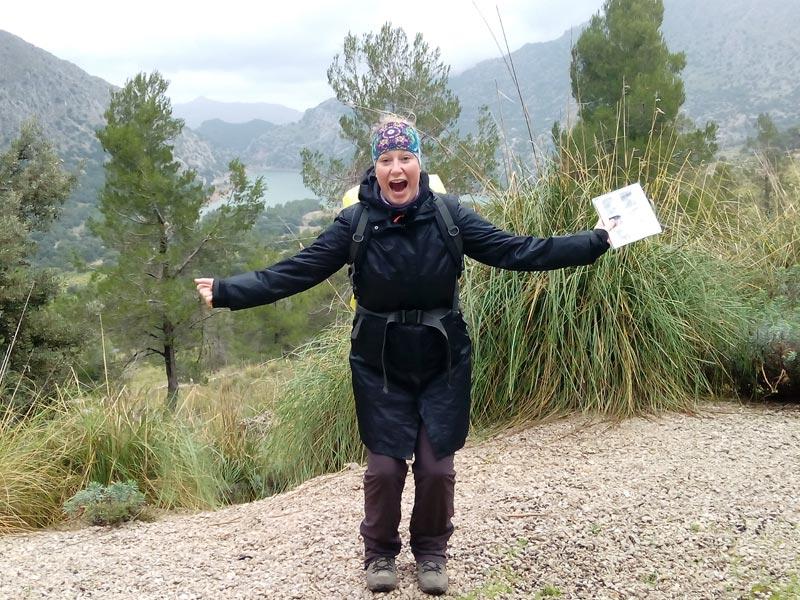 Großansicht - Wanderer auf einem Trekking-Weg in Mallorca