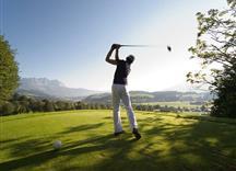 Abschlag eines Golfers