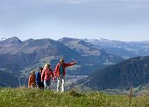 Vier Wanderer auf herbstlicher Almwiese