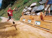 Junge beim Weitspringen im Alpinolino Park