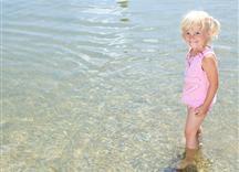 Mädchen steht knietief im Wasser