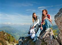 Herbstwanderung - Mädchen am Gipfel
