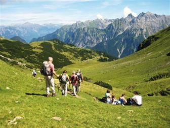 Familie bei der Bergwanderung