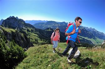 Pärchen bei Bergwanderung im Tannheimer Tal