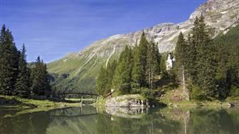 Obernberger See mit Kirche und Bäume rundherum