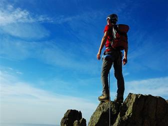 Mann stehend auf Felsvorsprung