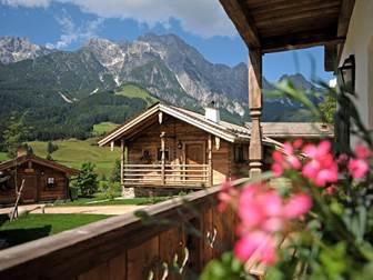 Chalets vom Steinalmdorf Embachhof in Leogang im Sommer