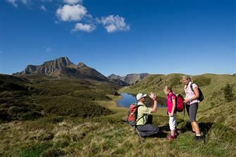 Familien bei der Wanderung in den Nockbergen im Sommer
