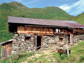 Berghütte entlang des Tiroler Adlerwegs