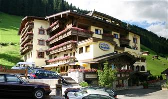 Außenansicht Hotel Bergfried in Tux im Zillertal