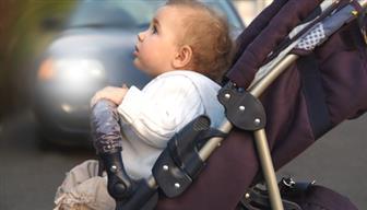 Kleinkind sitzend im Kinderwagen