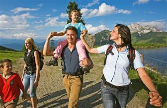 Familie bei einer Wandertour
