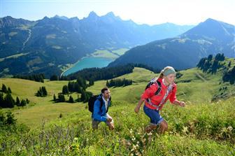 Pärchen bei Wanderung im Tannheimer Tal im Sommer