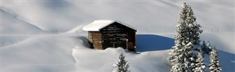 Schneebedeckte Bergütte in der Wanderregion Lech Zürs