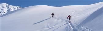 Winterwanderer bei einer Tour in den schneebedeckten Bergen