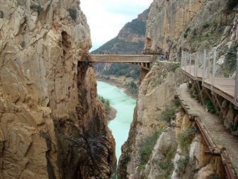 Hängebrücke über eine Schlucht mit Blick auf das Meer