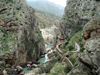 Ausblick auf Landschaft Südspaniens zwischen Felsen hindurch