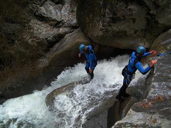 Männer beim Abstieg in die Schlucht Kobelach
