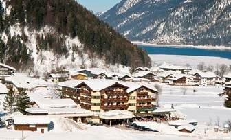 Aussenansicht im Winter Hotel das Pfandler am Achensee in Pertisau