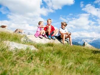 Kinder sitzend auf Steine in den Bergen