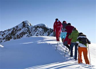 Winterwanderer auf den Weg zum Berggipfel