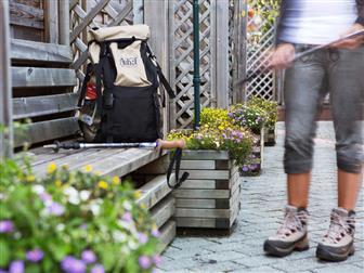 Rucksack auf Holzbank