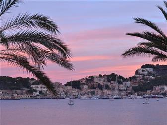 Blick auf die Bucht von Porto Soller im Abendlicht