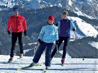 Gruppe von Personen beim Langlaufen