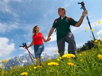 Wanderer bei einer Wandertour auf dem Salzburger Almenweg