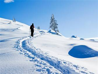 Schneeschuhwanderer in der verschneiten Berglandschaft