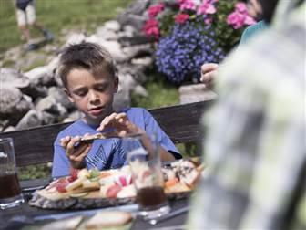 Wandern Familie Alpleben Fluchtalpe Brotzeit @ Oliver Farys
