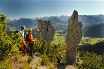 Wanderer auf einer Wandertoru am Fuß des Dachsteinmassivs
