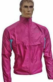 Schaufensterpuppe mit rosa Windjacke